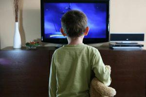 Просмотр телевизора более двух часов в день повышает риск возникновения астмы у детей