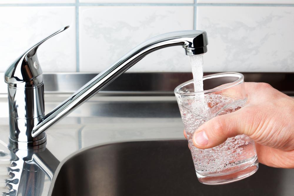 Какие скрытые опасности несет употребление воды из-под крана