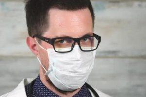 Коронавирус может распространяться, когда человек просто говорит или дышит