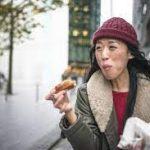 Диетолог запретила отвлекаться во время еды и есть на ходу